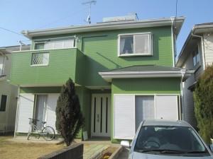 鮮やかなグリーンで、とてもキレイに仕上がりました。屋根も元々はブラック系でしたが、グリーンが好きというお客様のご希望でこちらもグリーン系で塗装させて頂きました。